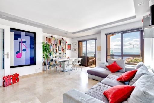 Área de estar espaciosa con acceso directo al balcón