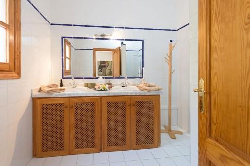Baño con lavabo doble y luz natural