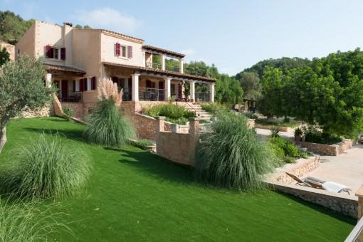 Vistas del jardín muy bien cuidado y la propiedad
