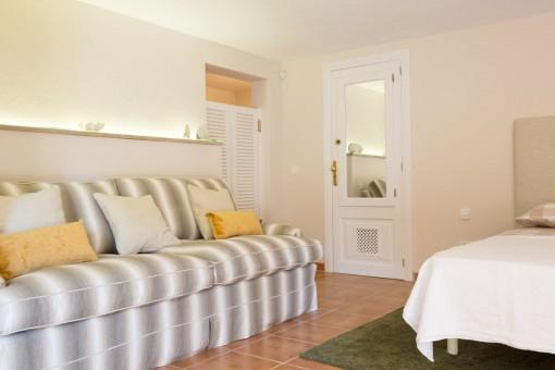 Dormitorio doble con sofá