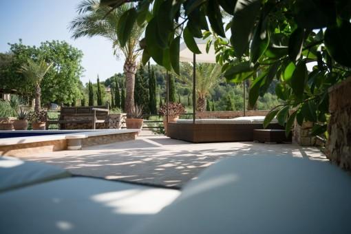 Zona de estar al lado de la piscina