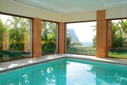 La propiedad tiene una piscina interior