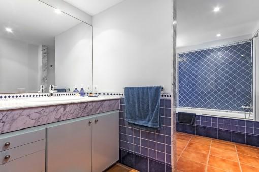 Baño azul con espejo grande