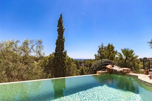 Área de piscina espléndida con vistas al mar