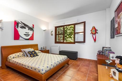 Dormitorio grande con calefacción
