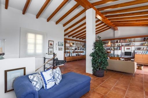 Loft espacioso con vigas de madera