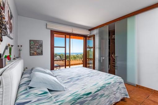 Dormitorio agradable con vestuario
