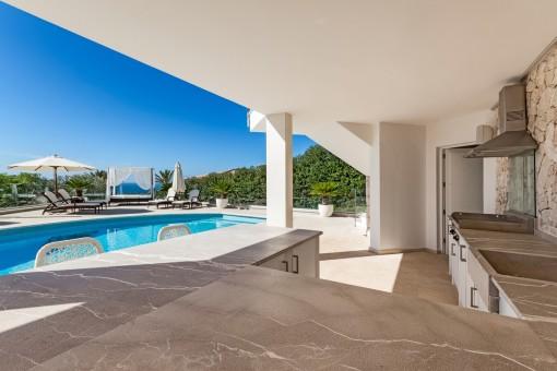 Área de piscina con cocina exterior
