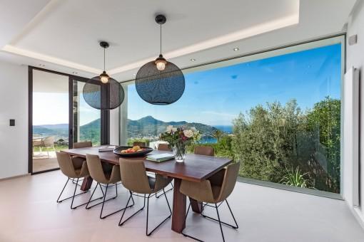 Comedor inundado de luz con ventanas panorámicas