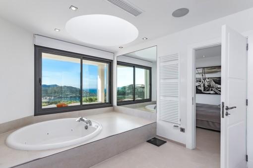 Baño principal con bañera y vistas al mar