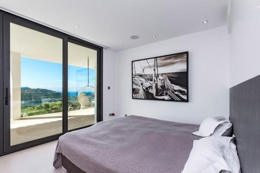Dormitorio principal con acceso a la terraza