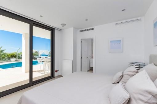 Dormitorio de buen gusto con baño en suite