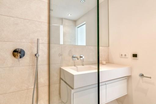 Uno de tres baños con ducha
