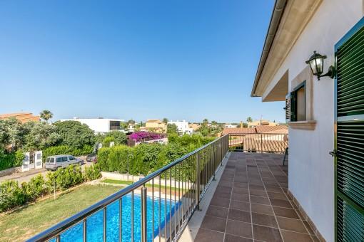 Balcón estupendo con vistas a la piscina