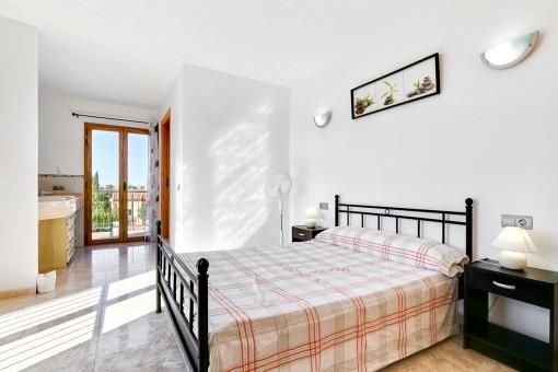 Dormitorio doble con balcón y baño en suite