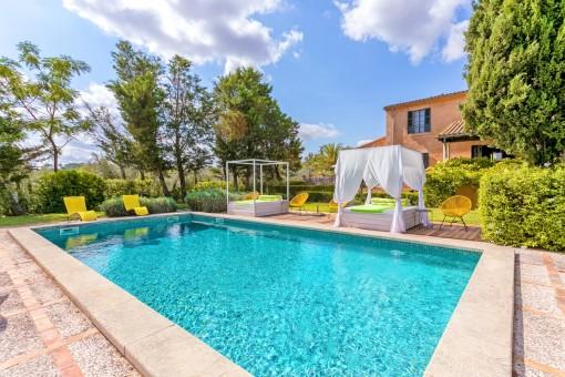 La zona de piscina ofrece espacio suficiente para relajar