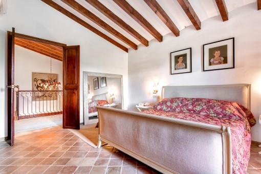 Dormitorio bonito con cama doble