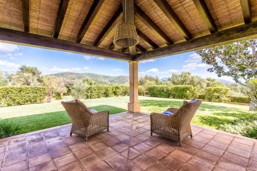 Terraza cubierta con vistas al jardín
