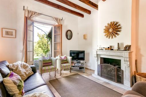 Área de estar con chimenea y acceso a la terraza