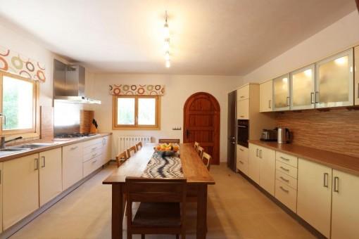 Espaciosa cocina de estilo rústico moderno