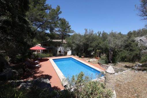 Solar con jardín mediterráneo y piscina