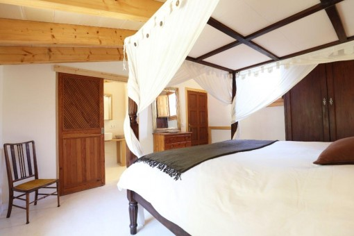 Dormitorio con baño en suite
