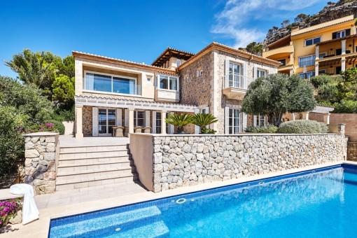 Vista exterior de la villa de lujo de piedra natural con piscina en Puerto Andratx