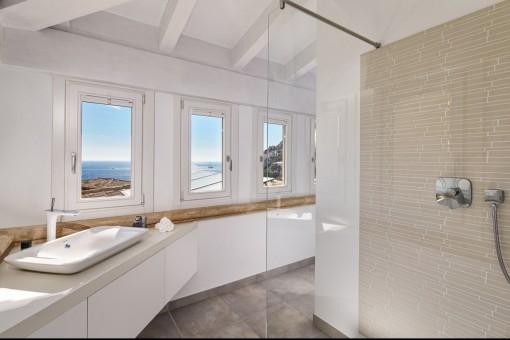 Amplio baño en suite con ducha y vistas al mar