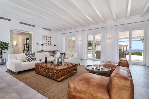 Impresionante salón con acceso a la terraza