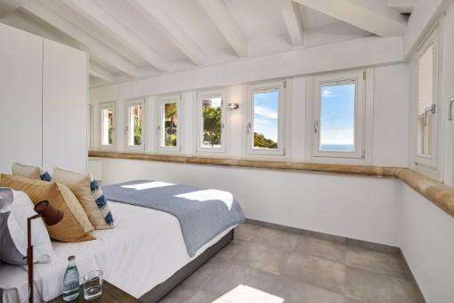 Espacioso dormitorio con fantásticas vistas al mar