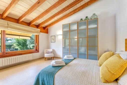 Dormitorio encantador con ventana panorámica