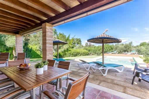 Zona de estar en la terraza con vistas a la piscina