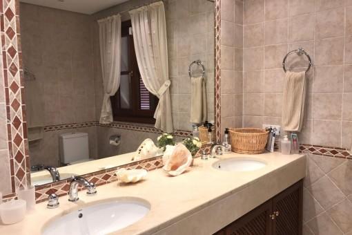 Baño en suite con lavabo doble