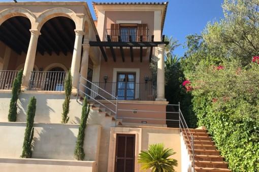 Escalera del jardín a la terraza