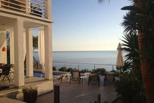 Chalet con un estilo Bauhaus, mucho potencial y preciosas vistas al mar en Cala Llamp