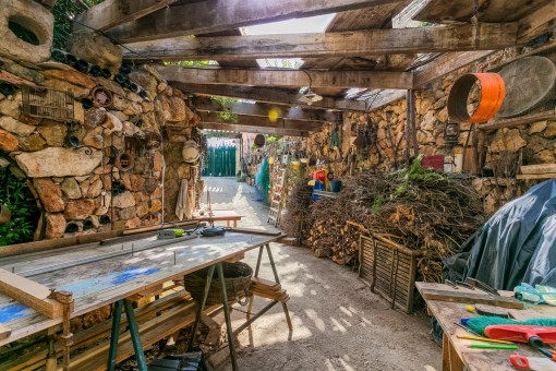 Sótano con paredes de piedra natural