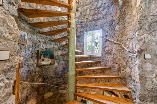 Escalera en la torre lleva a la primera planta con dormitorios