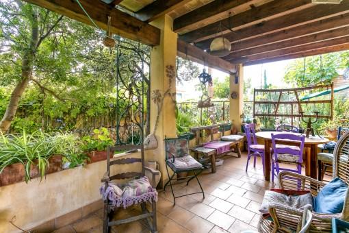 Terraza cubierta rodeada del jardín