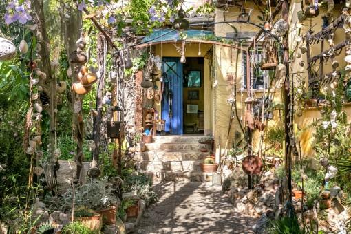 Chalet con una torre, detalles bonitos y un precioso jardín maduro