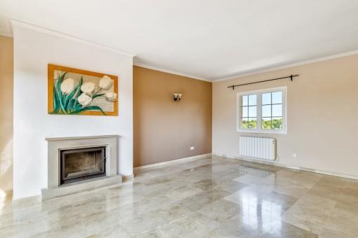 El luminoso piso tiene una chimenea y calefacción