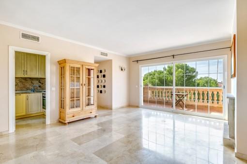 Salón-comedor espacioso con acceso a la terraza