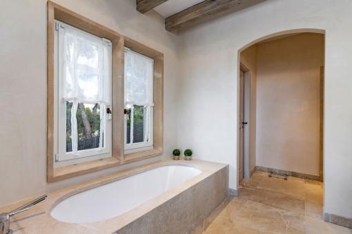 Baño principal con bañera