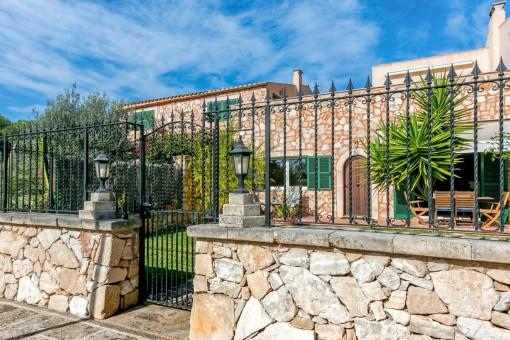 Vista exterior al encantador apartamento con fachada de piedra natural