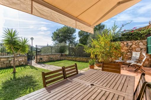 Terraza idílica con comedor y jardín proprio