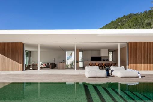 Piscina hermosa con terraza