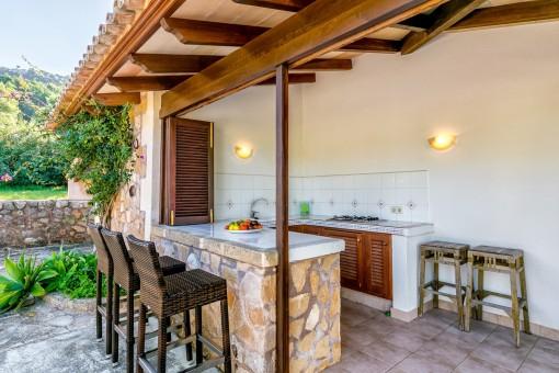 Fantástica cocina exterior con bar