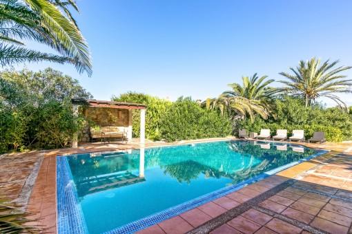 Fabuloso área de piscina en la zona verde