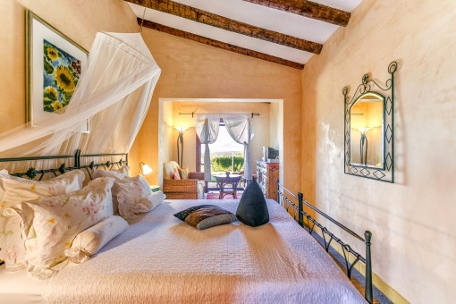 Dormitorio acogedor con área de estar