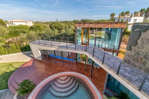 Jardín y piscina fantástica
