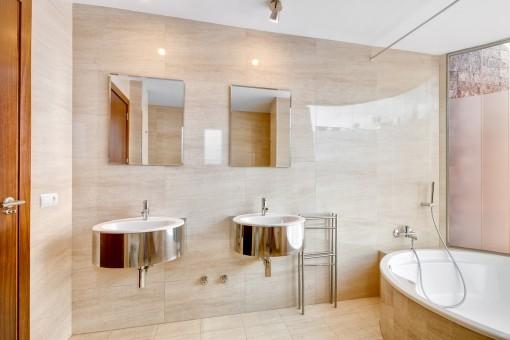 Baño noble con bañera y luz natural